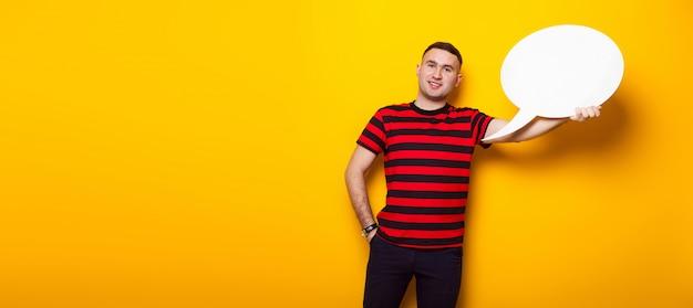 Красивый мужчина в яркой футболке с речи пузырь