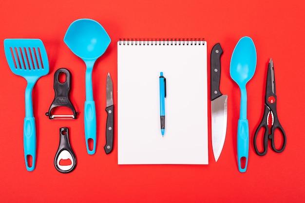 Вид сверху состава посуды в кухне, изолированных на красный