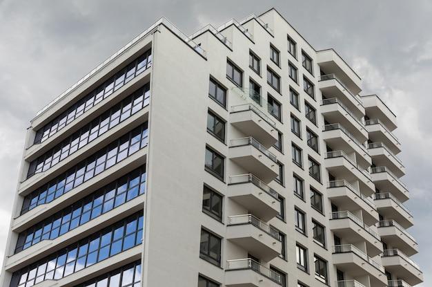 Внешний вид современных высотных жилых зданий