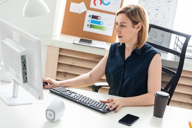 コンピューターで働く若い女の子。