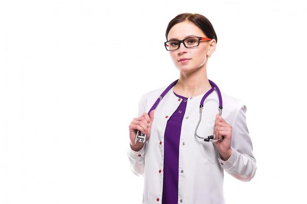 白い背景で隔離の若い美しい女性医師