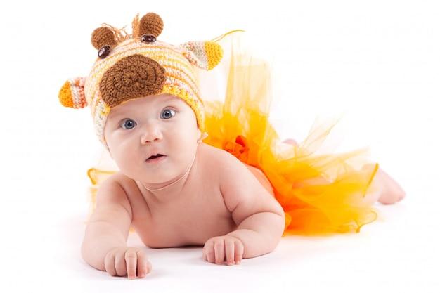 オレンジ色のスカートと鹿の衣装の美しさ小さな男の子