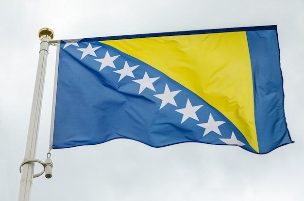 黄色の三角形と白い星とボスニア・ヘルツェゴビナの旗