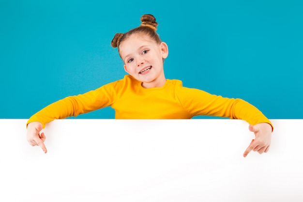 黄色のシャツを着ている小さなかわいい女の子