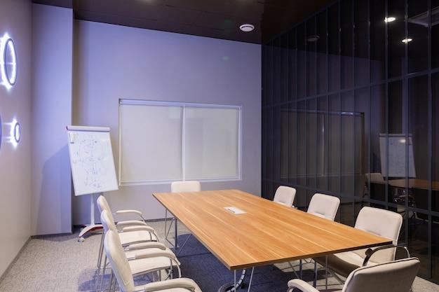 クリエイティブオフィスで空のモダンなボードルームのインテリア