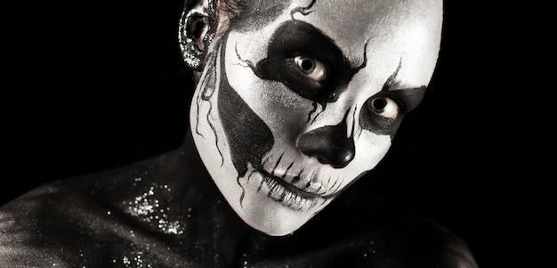 Красивая девушка со скелетом составляет
