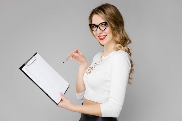 フォーマルな服装の魅力的な秘書