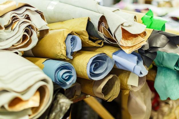 色とりどりの織物のロール