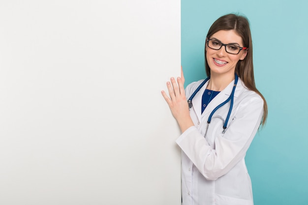 Женский доктор с пустой доской
