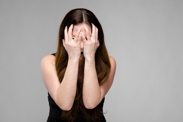 泣いている魅力的な太りすぎの女性