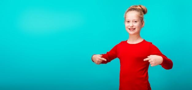 Улыбающаяся маленькая девочка на синем фоне