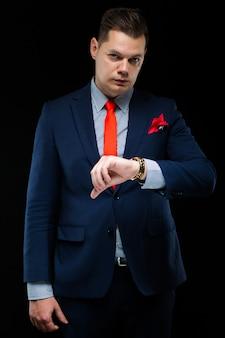 Портрет уверенно красивый бизнесмен, наблюдая его время