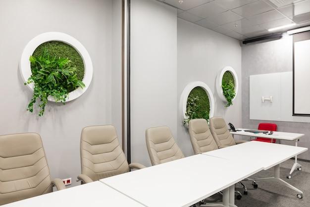 Интерьер пустого современного зала заседаний в креативном офисе