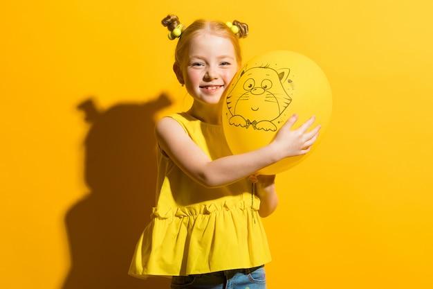 黄色いブラウスとジーパンで美しい少女の肖像画。