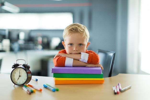 少年はオフィスの机に座る