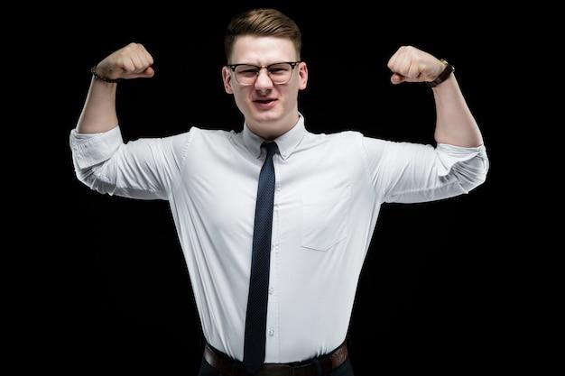 筋肉を示す自信を持ってハンサムなエレガントな責任ある実業家の肖像画