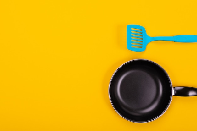 黄色の背景に分離された台所用品