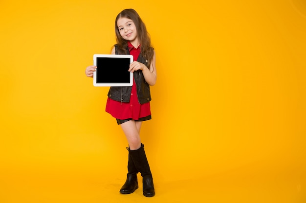 タブレットコンピューターを持つ少女