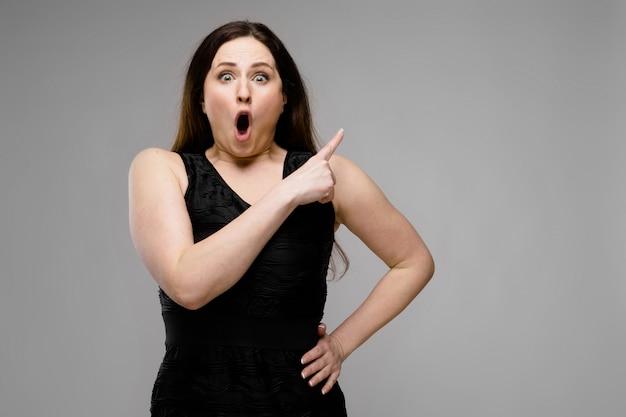 ファッショナブルな服で魅力的な太りすぎの女性