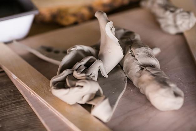 ワークショップのテーブルの上の粘土片