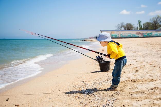 砂のビーチで小さな男の子