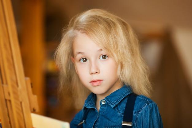 Портрет маленькой блондинки
