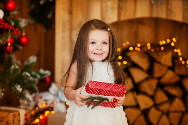 クリスマスプレゼントを開く笑顔の素敵な女の子