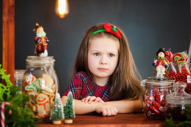クリスマスデコレーション近くの素敵な女の子の肖像