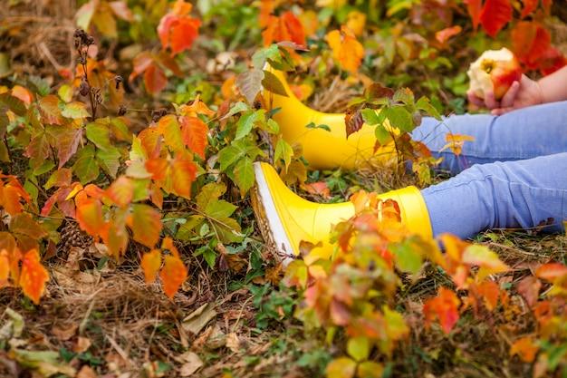 秋の時間。茶色のスエードブーツの足
