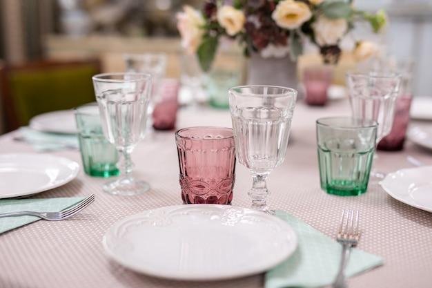 結婚式のテーブルで花瓶に花の花束