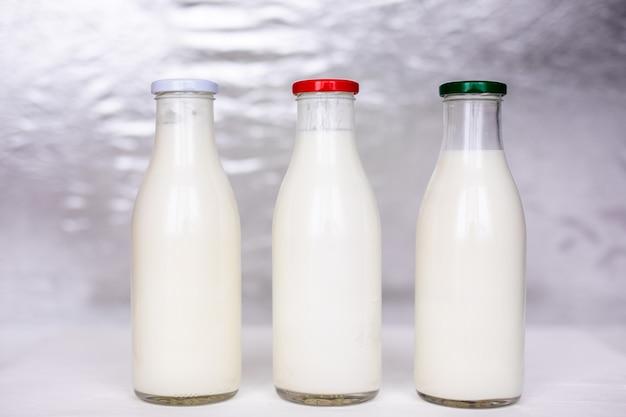 新鮮な牛乳、ケフィア、ヨーグルトが入ったシンプルなビンテージガラス瓶。
