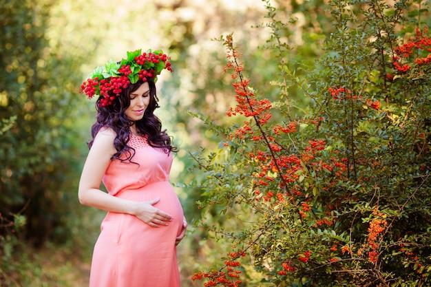公園で妊娠中の女性