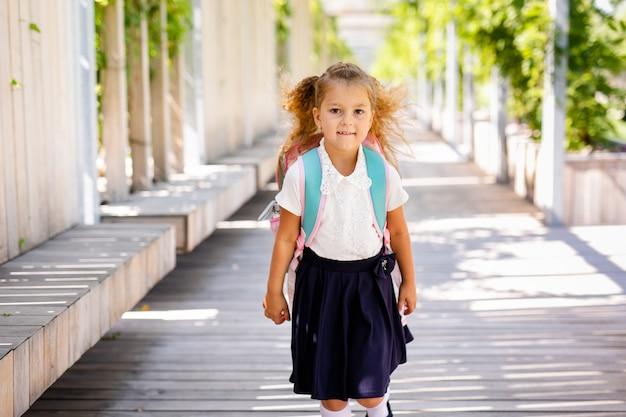 Портрет школьников, бегущих по дороге в парк (фокус на девушке)