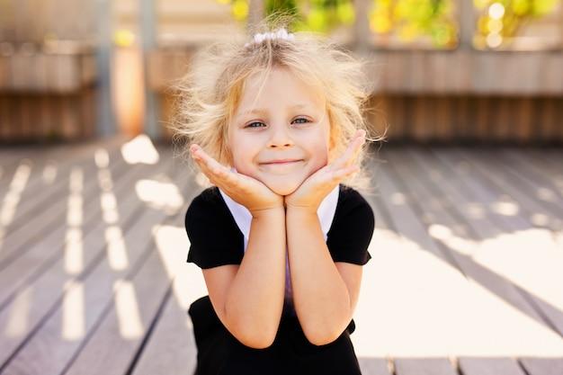 Счастливый маленькая школьница с яблоком. снова в школу на улице