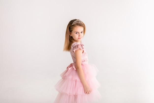豪華なピンクのドレスで踊る美しいプリンセス