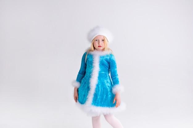 クリスマスと新年の楽しいサンタ衣装で金髪少女