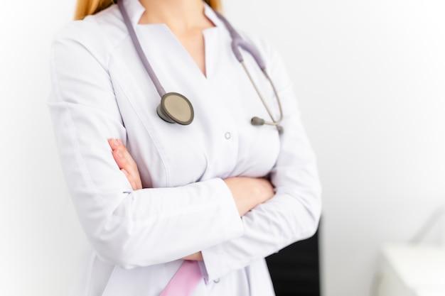Молодая женщина-врач. концепция здравоохранения