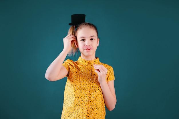 Вечеринка по случаю дня рождения и молодая девушка в шляпах и опорах на синей стене