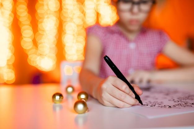 鉛筆画クリスマスの写真でクローズアップ手。新年のテーマ