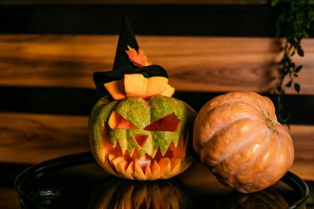 Хэллоуин тыква с черной шляпой ведьмы