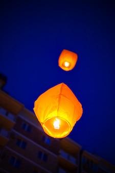 Китайские фонарики взлетают высоко в небе.