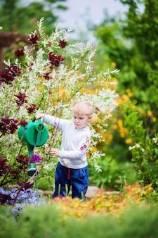 小さな庭師花に水をまく