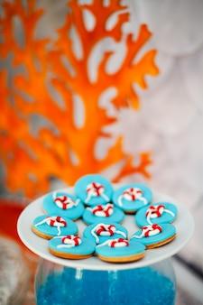 明るい青のアイシングでジンジャーブレッドクッキーの多くの大きな白いプレート