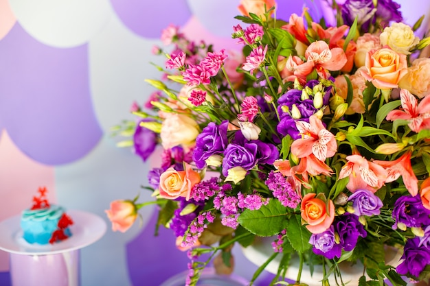 花と木が豪華な結婚式のテーブル。