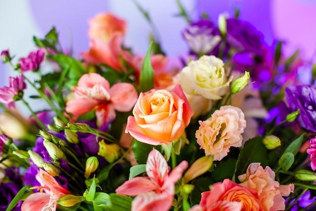 Роскошный свадебный стол с цветами и деревьями.
