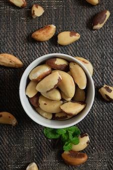 Бразильские орехи в миску на деревянном столе