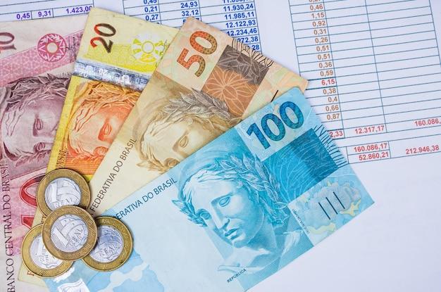 ブラジルのお金とテーブルの上のコイン。