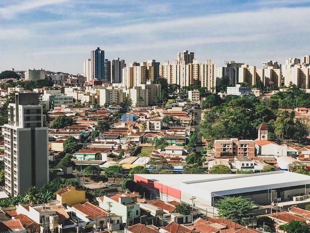 日没、サンパウロ、ブラジルのリベイランプレト市のスカイライン