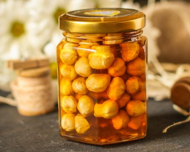 蜂蜜とナッツは、穀物、種のおいしい、そして健康的なデザートをミックスします。トップフードの背景。コピースペース