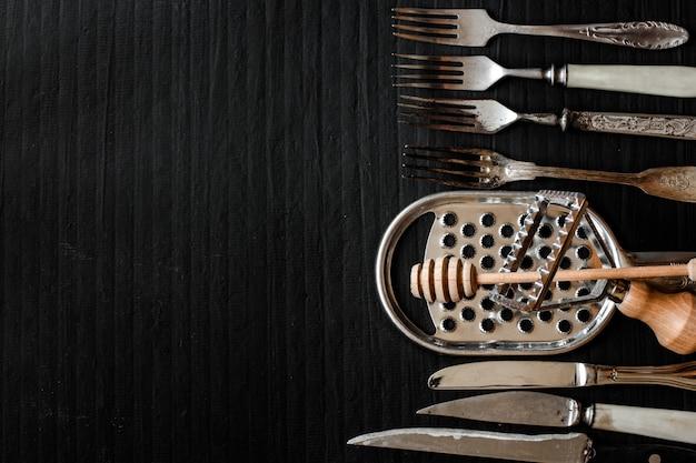 Столовые приборы деревенские, используемые для еды или сервировки (вилка, нож, ложка - набор)